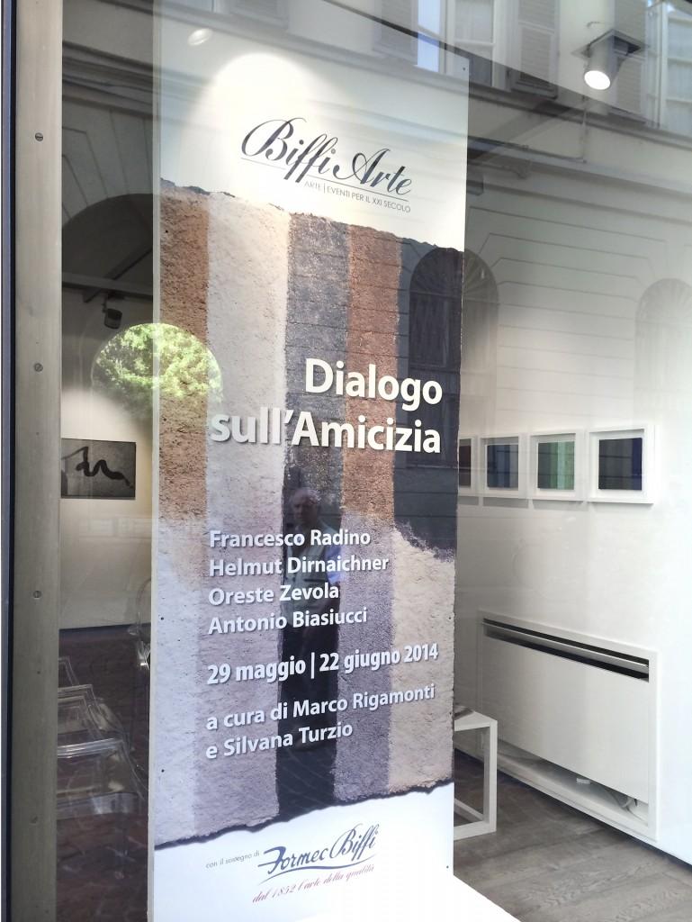Unter dem Titel Dialogo sull'amiciza zeigen Helmut Dirnaichner und der Fotograf Francesco Radino ihre Werke in der Galleria Biffi Arte in Piacenza 2014.