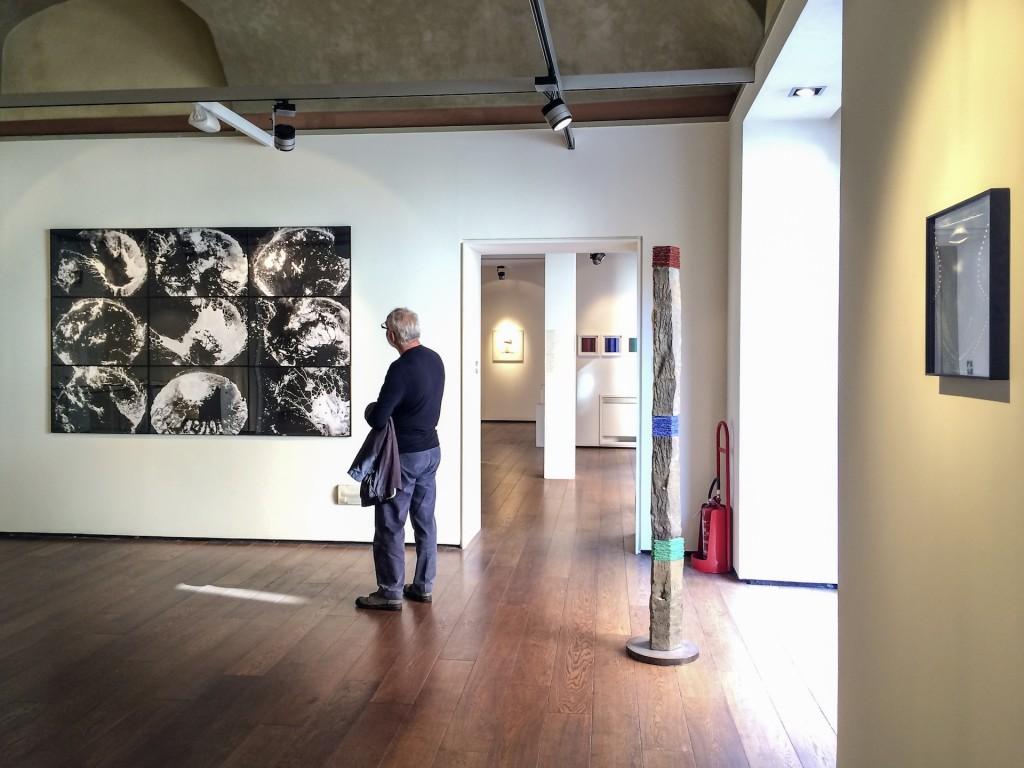 Unter dem Titel Dialogo sull'amicizia zeigen Helmut Dirnaichner und der Fotograf Francesco Radino ihre Werke in der Galleria Biffi Arte in Piacenza 2014.