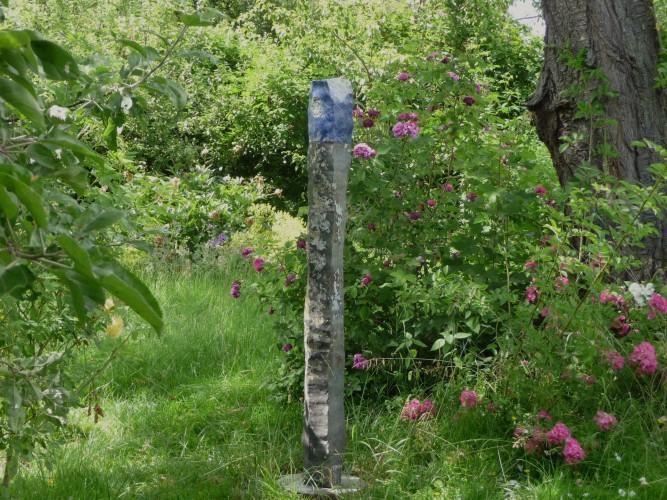 Basalt Sodalith ist eine Skulptur von Helmut Dirnaichner aus den Jahren 2008-2013 mit einer Basaltstele und Sodalith.