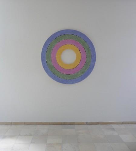 Rubin ist ein Werk von Helmut Dirnaichner aus dem Jahr 1997 mit Mineralien und Zellulose auf konzentrischen Holzringen geklopft.