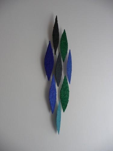 Turmalin ist ein Werk von Helmut Dirnaichner aus dem Jahr 2012 mit 8 blattförmigen Elementen aus Turmalin, Malachit, Azurit, Lapislazuli, Vivianit und Zellulose geschöpft.