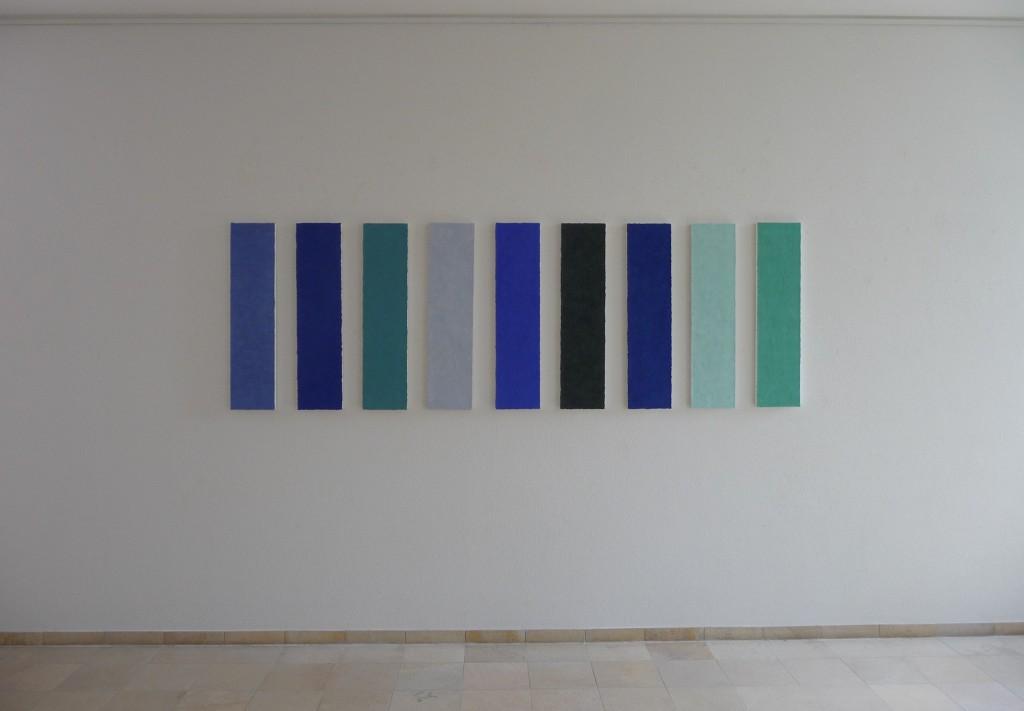 Steinpan ist ein Werk von Helmut Dirnaichner aus dem Jahr 1997 mit leuchtenden blauen Mineralien und Zellulose auf Holz geklopft.
