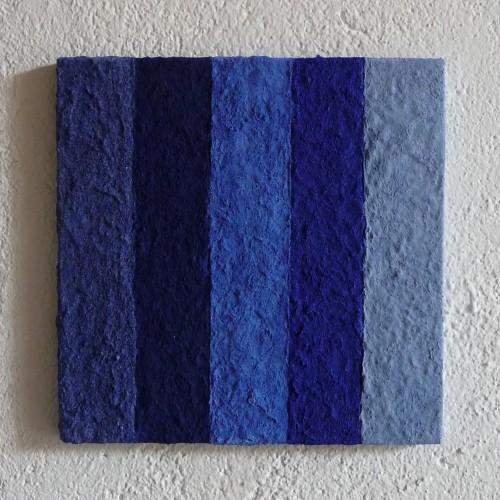 Atlantico ist ein Werk von Helmut Dirnaichner aus Lapislazuli, Azurit und Zellulose geschöpft, ausgestellt in der Galerie Grewenig, Heidelberg.
