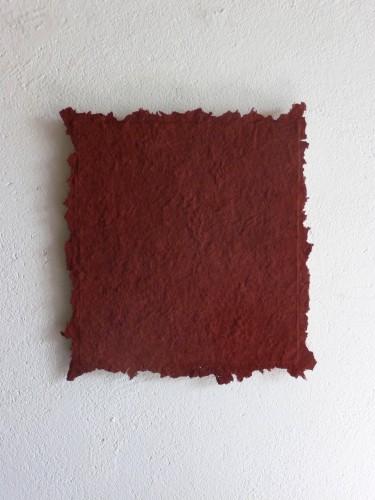 Roter Jaspis ist ein Werk von Helmut Dirnaichner aus dem Jahr 2011 mit Jaspis und Zellulose geschöpft.