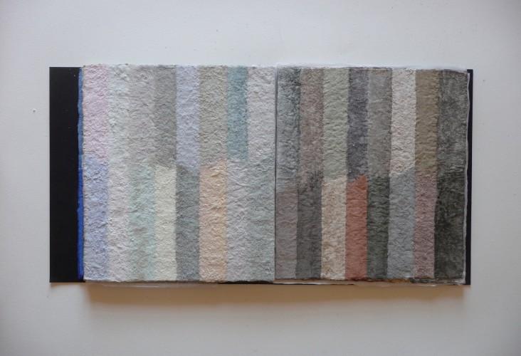 Uccelli ist ein Künstlerbuch von Helmut Dirnaichner aus dem Jahr 2006 geschöpft aus Zellulose mit Erden und Mineralien.