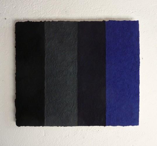 Volcano ist ein Werk von Helmut Dirnaichner aus dem Jahr 2014 aus schwarzen und blauen Mineralien und Zellulose geschöpft
