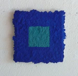 Azurit ist ein Werk von Helmut Dirnaichner aus dem Jahr 2012 mit Azurit und Zellulose geschöpft und präsentiert durch die Galerie Horst Dietrich