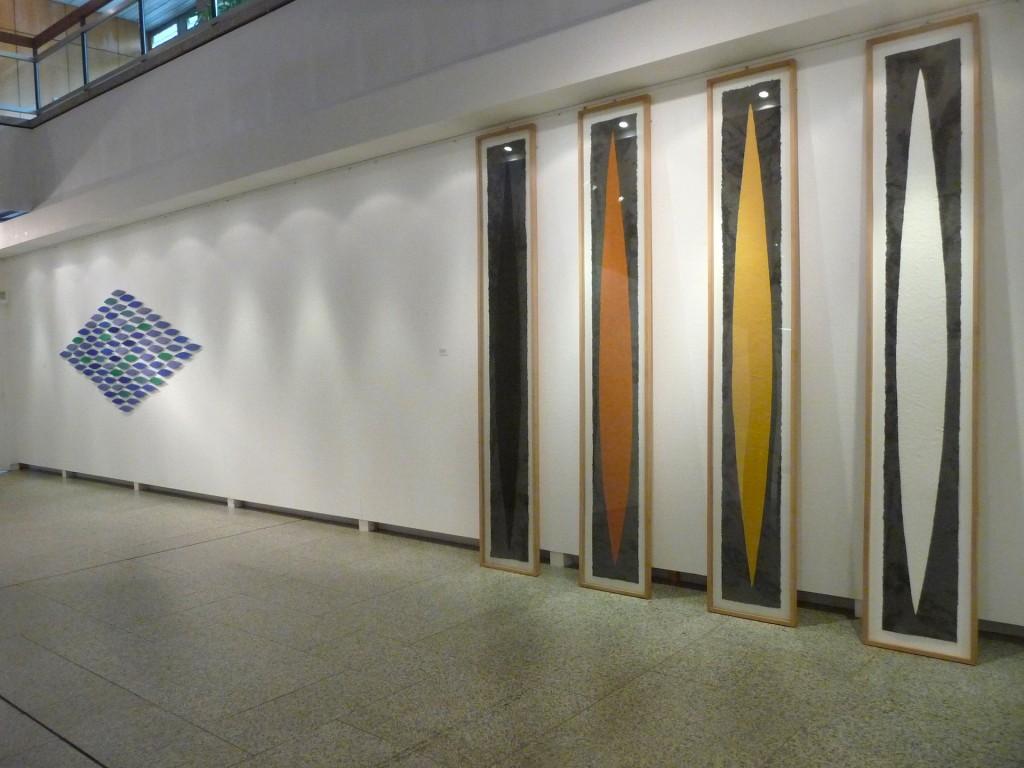 Helmut Dirnaichner zeigt in der Ausstellung Elemente Farben Steine seine Werke Oltremare, 2009 und Naupàn, 1988. Ausstellungshalle Neues Rathaus, Kunstverein Bayreuth e.V., 2014.