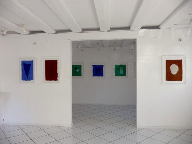 Helmut Dirnaichner zeigt in der Galerie Grewenig in Heidelberg Werke mit Farbmaterien wie Lapislazuli, Jaspis und Malachit sowie der roten apulisachen Erde.