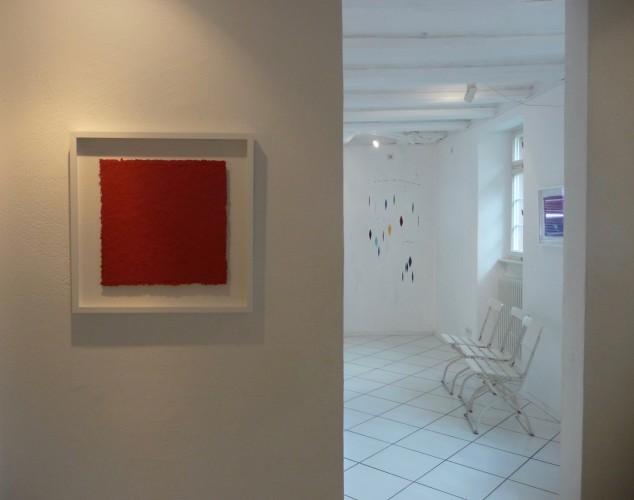 Helmut Dirnaichner zeigt Werke mit Farbmaterien wie Zinnober und Lapislazuli in der Galerie Grewenig in Heidelberg, die der Leuchtkraft und Leichtigkeit verschrieben sind.