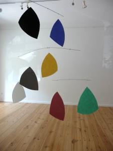 Blick in die Ausstellung in der Galerie Horst Dietrich, Berlin mit dem 7-teiligen Werk Sassi volanti aus dem Jahr 1999.