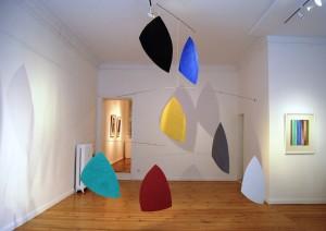 Helmut Dirnaichner zeigt die schwebende Installation Sassi volanti in der Berliner Galerie Horst Dietrich.