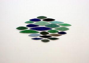 Azurit ist ein Werk von Helmut Dirnaichner aus dem Jahr 2005 aus blattförmigen Elementen mit blauen und grünen Mineralien und Zellulose.
