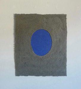 Palude Lapislazuli ist ein Werk von Helmut Dirnaichner aus dem Jahr 2004, aus grauer Sumpf-Erde und Lapislazuli geschöpft.eschöpft mit
