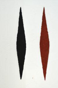 Jaspis und Avorio sind Werke von Helmut Dirnaichner aus dem Jahr 2013, aus Zellulose handgeschöpfte und mit Elfenbeinschwarz und rotem Jaspis durchtränkte lanzettförmige Objekte.