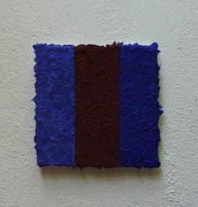 Azurit Jaspis Lapislazuli ist ein Werk von Helmut Dirnaichner, aus Mineralien mit Zellulose geschöpft, zu sehen bei Galerie Renate Bender.