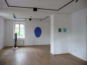 """Blick in die Ausstellung """"Helmut Dirnaichner, Ein blauer Flügelschlag"""", Galerie Markt Bruckmühl"""