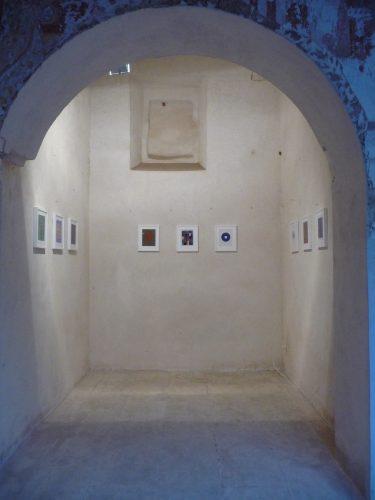Unter dem Titel Pietre Terra e Luce treten Dirnaichners Werke in Dialog mit den historischen Räumen des Konvents degli Angeli in Presicce.