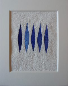 azzurro oltremarino ist ein Werk von Helmut Dirnaichner, mit lanzettförmig gefügten Elementen aus blauen Mineralien und Zellulose.