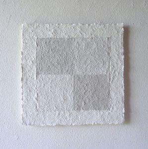 Bergkristall und Obsidian sind die Materien, mit denen Helmut Dirnaichner in diesem Werk die feinen Nuancen von Weiß erforscht.