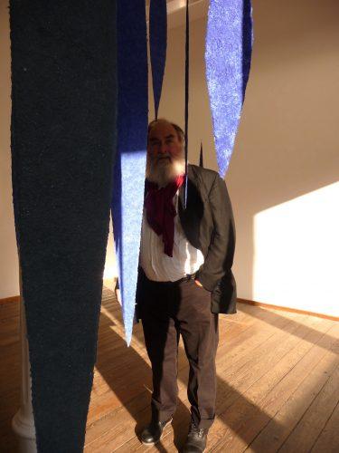An der Ausstellung papier = kunst 9 im NKV Aschaffenburg im KunstLANDing nimmt Helmut Dirnaichner mit einer Raumarbeit aus 48 geschöpften, schwebenden Lanzettformen aus Lapislazuli und Zinnober teil.