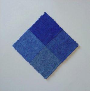Azurit ist ein Werk von Helmut Dirnaichner aus dem Jahr 2017, mit den blauen Materien Lapislazuli, Azurit und Zellulose geschöpft.
