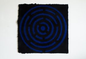 Tanz ins Blau ist ein Werk von Helmut Dirnaichner aus dem Jahr 2017, zu sehen im Museum Kulturspeicher Würzburg in der Ausstellung LABYRINTH KONKRET