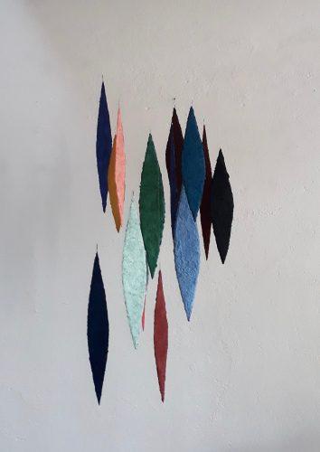 Meteore ist ein Werk von Helmut Dirnaichner aus dem Jahr 2018, geschöpft aus Mineralien, Erden und Zellulose, dessen Elemente sich in Konstellation und Farben bei jedem Luftzug verändern.