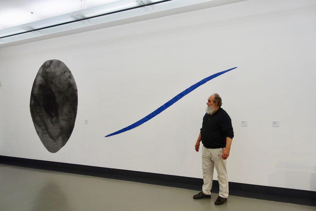 Oltremare, 1989 und Feuerstelle, 1984 sind zwei Werke von Helmut Dirnaichner, zu sehen in der Ausstellung Farbe im Stein – Schwingung im Metall. Helmut Dirnaichner und Martin Willing, im Museum im Kulturspeicher Würzburg, 1. Juni bis 28. Juli 2019.