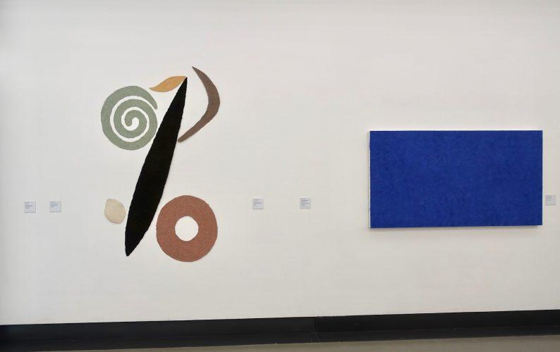 Pok-ta-pok, 1987 und Lapislazuli, 1998 sind Werke von Helmut Dirnaichner, in der Ausstellung Farbe im Stein - Schwingung im Metall, Helmut Dirnaichner und Martin Willing, im Museum im Kulturspeicher Würzburg Juni-Juli 2019.