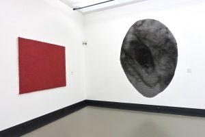 Zinnober, 1997 und Feuerstelle, 1984 sind Werke von Helmut Dirnaichner, in der Ausstellung Farbe im Stein - Schwingung im Metall, Helmut Dirnaichner und Martin Willing, im Museum im Kulturspeicher Würzburg Juni-Juli 2019