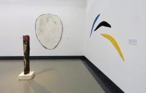 Zinnober Basalt, 2014 und Palude Kalkstein Azurit, 1986 sind Werke von Helmut Dirnaichner, zu sehen in der Ausstellung Farbe im Stein - Schwingung im Metall, Helmut Dirnaichner und Martin Willing im Museum im Kulturspeicher Würzburg Juni-Juli 2019.