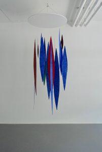 Meteore ist eine Rauminstallation von Helmut Dirnaichner mit Elementen aus Lapislazuli, Zinnober, Jaspis, Azurit, Gold und Zellulose, zu sehen in der Galerie Renate Bender, München, in der Ausstellung Erde Stein Pigment 2019.