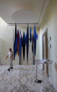 Meteore ist eine Rauminstallation von Helmut Dirnaichner, präsentiert im Kunstprojekt In transito in der Villa Almone, Residenz des deutschen Botschafters in Rom, zum Tag der deutschen Einheit am 3. 10. 2019.