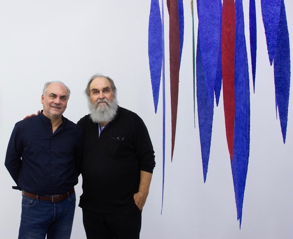 Der Komponist Biagio Putignano und Helmut Dirnaichner vor seiner Installation Meteore, in der Galerie Renate Bender München September 2019. Foto: Tania Bohuslavska.