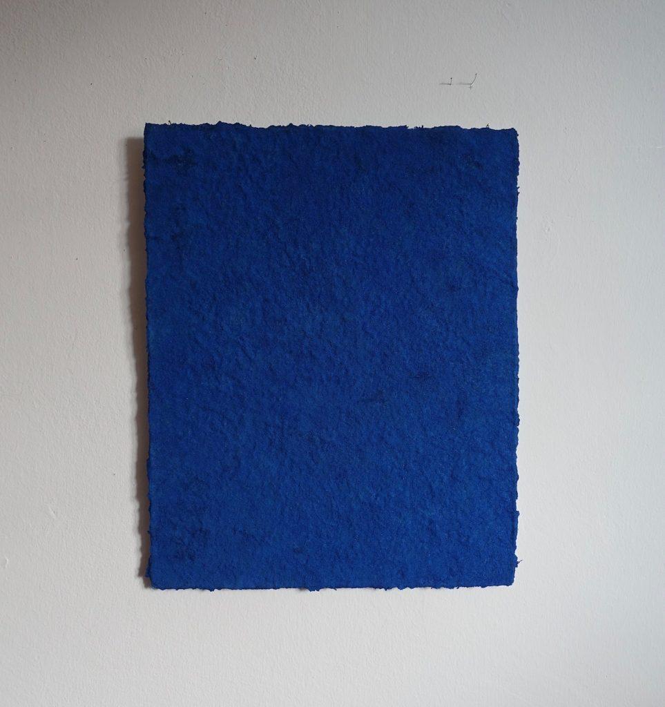 Azurit ist ein Werk von Helmut Dirnaichner aus dem Jahr 2019, aus dem leuchtend blauen Mineral und Zellulose geschöpft, präsentiert auf der Art Karlsruhe 2020 Kunst der Gegenwart.