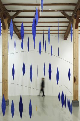 Blick in die galerie hoffmann, Ausstellungshalle Friedberg Ossenheim: Rauminstallation Lichtsteine, 2008-2011, Lapislazuli, Jaspis, Gold, Zellulose, 5 Meter x 5,50 Meter Durchmesser.