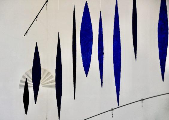 Blick auf zwei Werke von Helmut Dirnaichner in dergalerie hoffmann, Ausstellungshalle Friedberg Ossenheim 2011-2012: Im Vordergrund Lichtsteine, 2008-2011, im Hintergrund Flügel für San Francesco, 2009