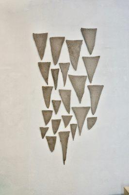 Paule ist ein Werk von Helmut Dirnaichner aus dem Jahr 1988, die Teile sind aus Sumpferde in der Form der Astgabelungen geschöpft