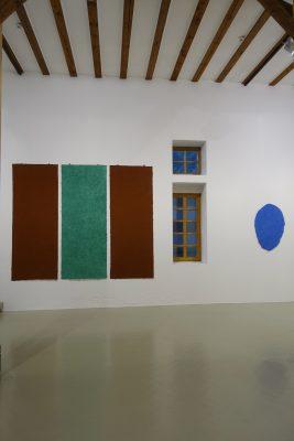 Blick in die Ausstellung aus dem kosmos des konkreten, Galerie Hoffmann, Ausstellungshalle Ossenheim, mit Helmut Dirnaichners Werken Felder, 2000, und Oltremare, 2003.