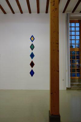 Blick in die Ausstellung aus dem kosmos des konkreten, Galerie Hoffmann, Ausstellungshalle Ossenheim, mit Helmut Dirnaichners Werk Kristall aus dem Jahr 2016.
