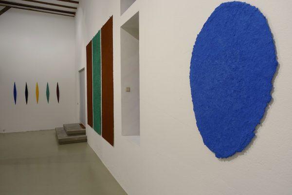 Blick in die Ausstellung aus dem kosmos des konkreten, Galerie Hoffmann, Ausstellungshalle Ossenheim, mit Helmut Dirnaichners Werken.