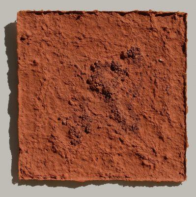 Apulische Erde ist ein Werk von Helmut Dirnaichner aus dem Jahr 2003, aus apulischer Erde und Zellulose geschöpft
