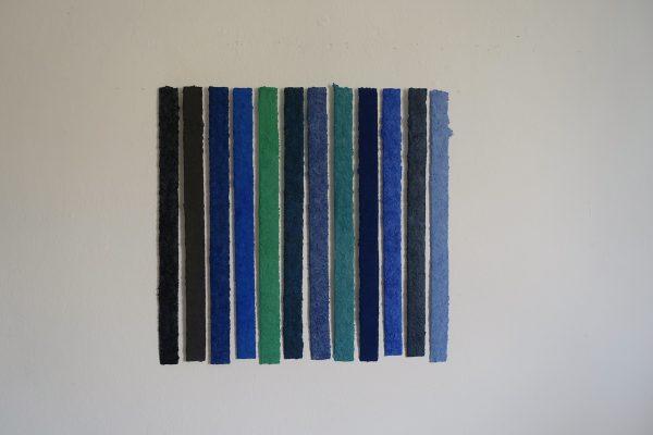 Azurit Turmalin ist ein Werk von Helmut Dirnaichner aus dem Jahr 2019 mit blauen und grünen Mineralien und Zellulose geschöpft