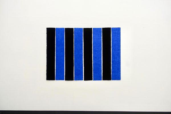 Lapislazuli gebranntes Elfenbein ist ein Werk von Helmut Dirnaichner aus dem Jahr 1999, mit den alternierenden Farbmaterien von leuchtendem Lapislazuli und tiefem Elfenbeinschwarz