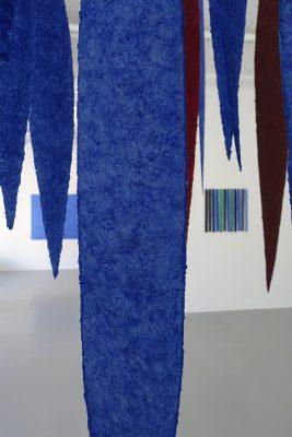 Dirnaichners Rauminstallation Meteore 2008 2018 ist zu sehen in Galerie Renate Bender, München, 2019 in der Ausstellung Erde Stein Pigment