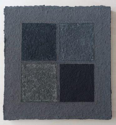 Palude und schwarzer Marmor ist ein Werk von Helmut Dirnaichner aus dem Jahr 2003, in dem sich vier schwarze Materien mit unterschiedlichen schwarzen Farbtönen begegnen