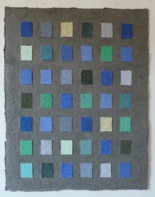 Steine Wasser Sumpf ist ein Werk von Helmut Dirnaichner aus dem Jahr 2003, mit blauen und grünen Mineralien, Sumpferde und Zellulose geschöpft