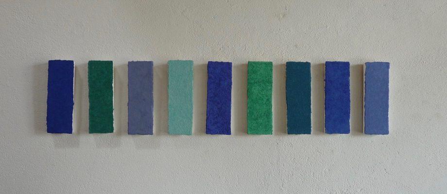 Steinpfad ist ein Werk von Helmut Dirnaichner aus dem Jahr 2003, bei dem die unterschiedlich blauen und grünen Farbmaterien von Mineralien wie Lapislazuli, Azurit, Malachit und Türkis herrühren