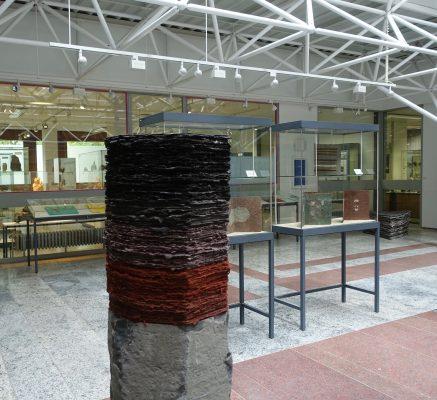 Vulkan ist eine Skulptur von Helmut Dirnaichner aus dem Jahr 2002, die Basaltsäule wird mit geschöpften Schichten aus Hämatit, Kohle und Zellulose fortgeführt